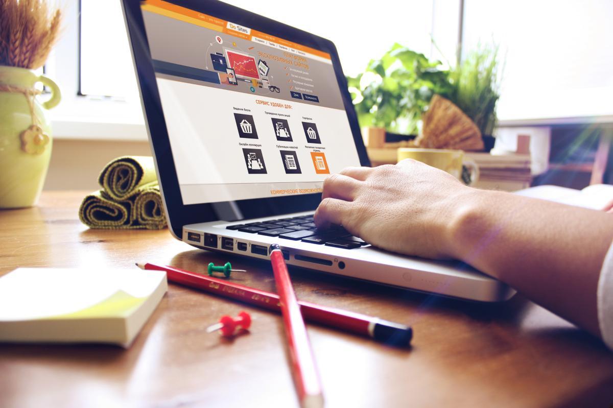 Веб дизайнер работает над сайтом